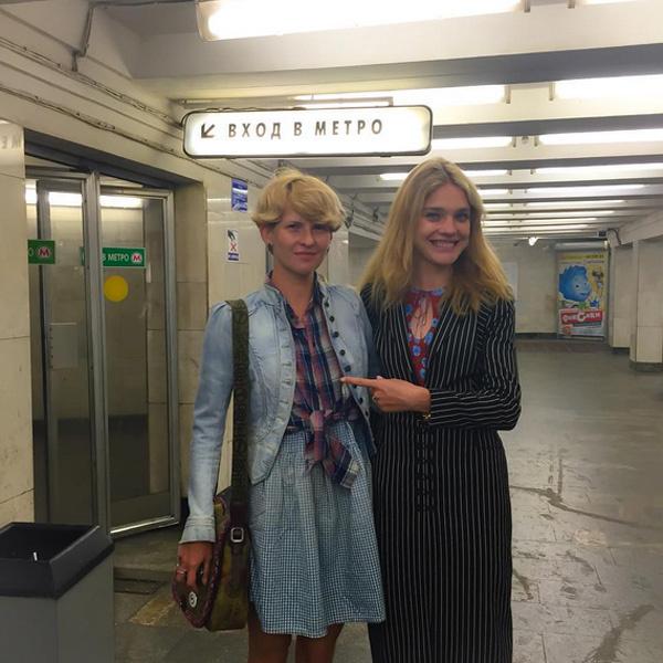 Водянова прогулялась по Красной площади и спустилась в метро