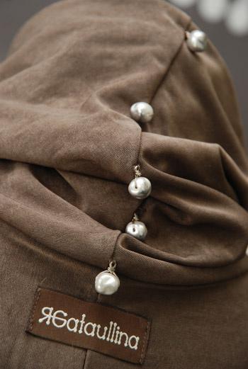Яна уделяет особое внимание деталям – круглые небольшие бусины-пуговки выглядят женственно и романтично.