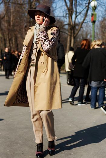 Точно подобранное сочетание цвета полосы на ботильонах, ярких пятен на блузке и широкополой шляпе обеспечили образу девушки высший бал. Особенно хочется обратить внимание на плащ без рукавов – стильное решение!
