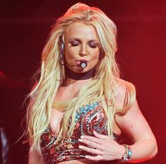 Модный казус: Бритни Спирс показала грудь на сцене