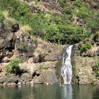 Водопад находится в одном из наиболее узнаваемых мест Оаху - парке Ваймеа на северном побережье острова.