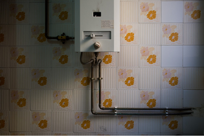 как спрятать газовую колонку на кухне