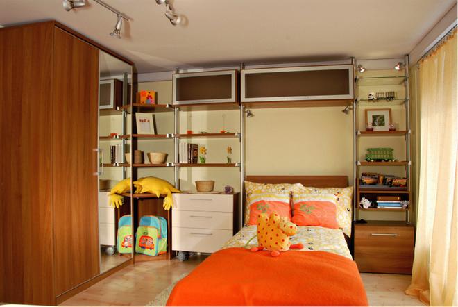 Стеллаж, изготовленный на заказ, оптимально учитывает особенности планировки. Мебель, построенная на базе систем Studio 38 и Loft от Mr.Doors
