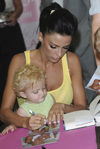 Джордан с дочерью на презентации новой книги модели