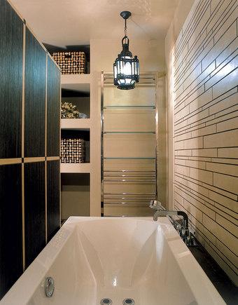 В нише (она была в квартире изначально) устроены полки для банных принадлежностей. Раковина и ванна оборудованы смесителями от Axor.