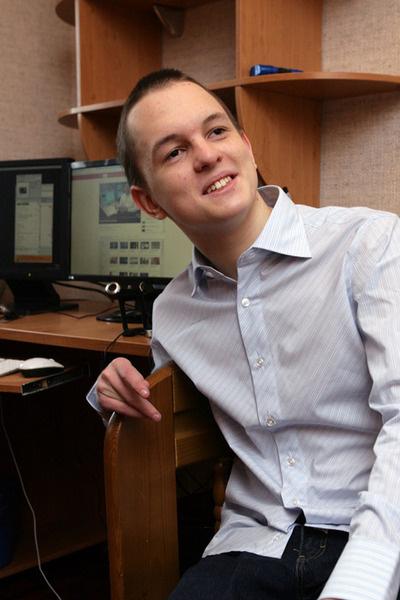 Еще в пятом классе Андрей написал игру-лабиринт, год назад разработал флэш-сайт для антикварного магазина. Общаясь в Сети, выучил английский и китайский языки.
