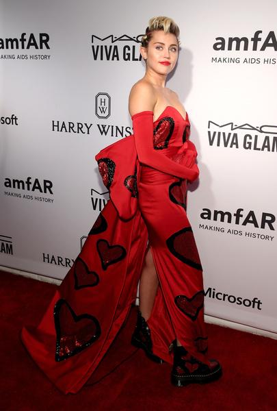 Майли Сайрус на благотворительном вечере amfAR Inspiration Gala