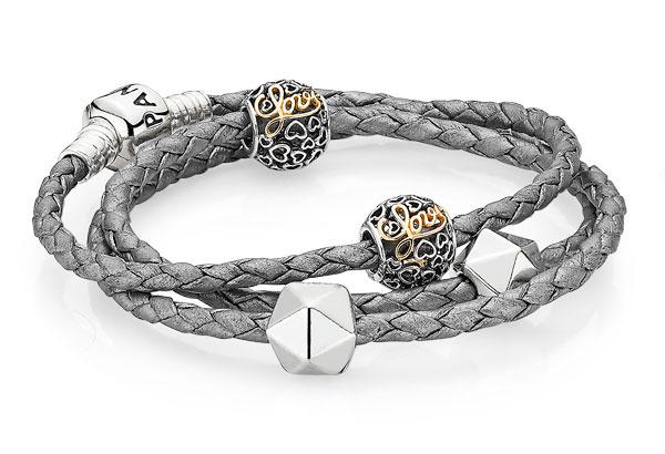 Кожаный браслет Pandora, 3100 р.; шарм Pandora, серебро и золото, 4150 р.