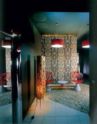 Прихожая. Внешняя стена гостевого туалета оклеена обоями Stro-heim & Roman. У стены - скамья Chair One, дизайн Константина Грчича для Magis.
