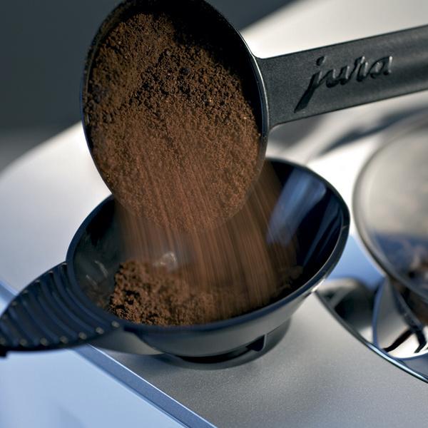 В полуавтоматических кофеварках эспрессо используется молотый кофе (при этом владелец прибора должен вручную наполнять «рожок»).