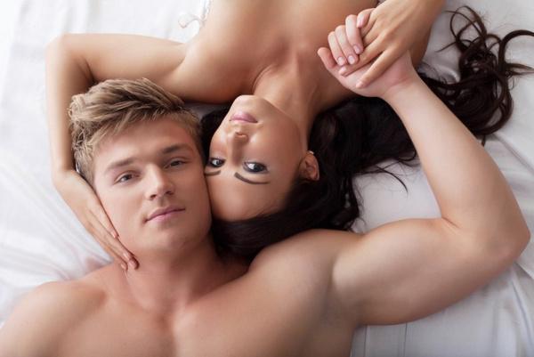 Мужчина и женщина делают секс в постеле видео