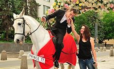 Сказка стала былью: принц на белом коне существует