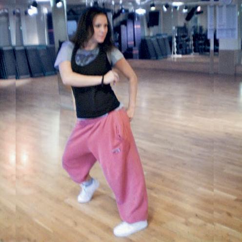 К ритмичным движениям ног добавляются очень сексуальные телодвижения