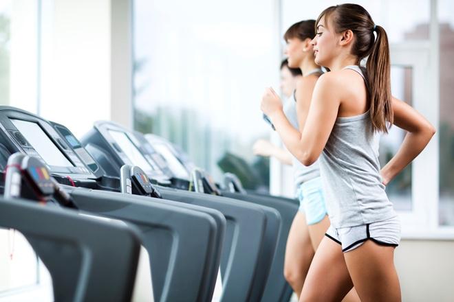 Стройная спортивная девушка притянет взгляды в фитнес-клубе