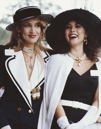 Джерри Холл и Мэри Хелвин на скачках в Аскоте, 1982 год