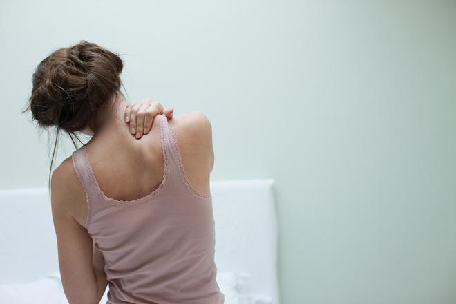 как исправить опущенные плечи