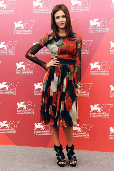 Джессика в платье Dolce & Gabbana и босоножках Michael Kors.