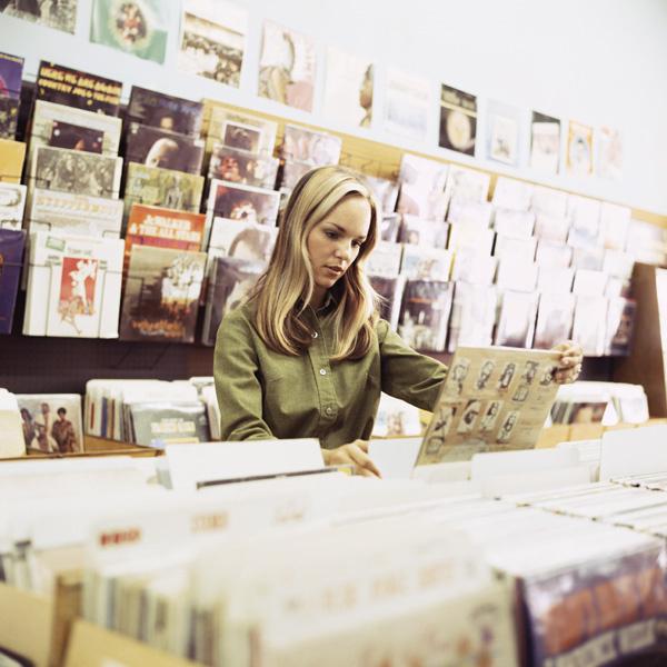 В России резко перестали покупать CD и DVD