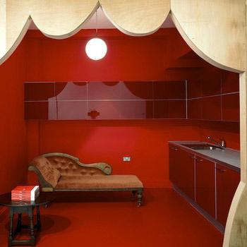 Двери в комнатах сделаны из дерева и напоминают входы в домики из сказок.