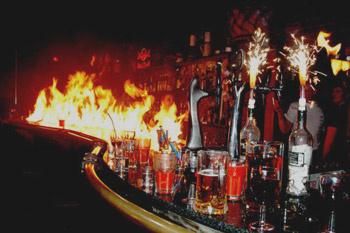 Барная стойка на протяжении вечера также стояла в огне, чтобы дотянуться за граненым стаканом, в которые наливали напитки, приходилось преодолевать и это препятствие.