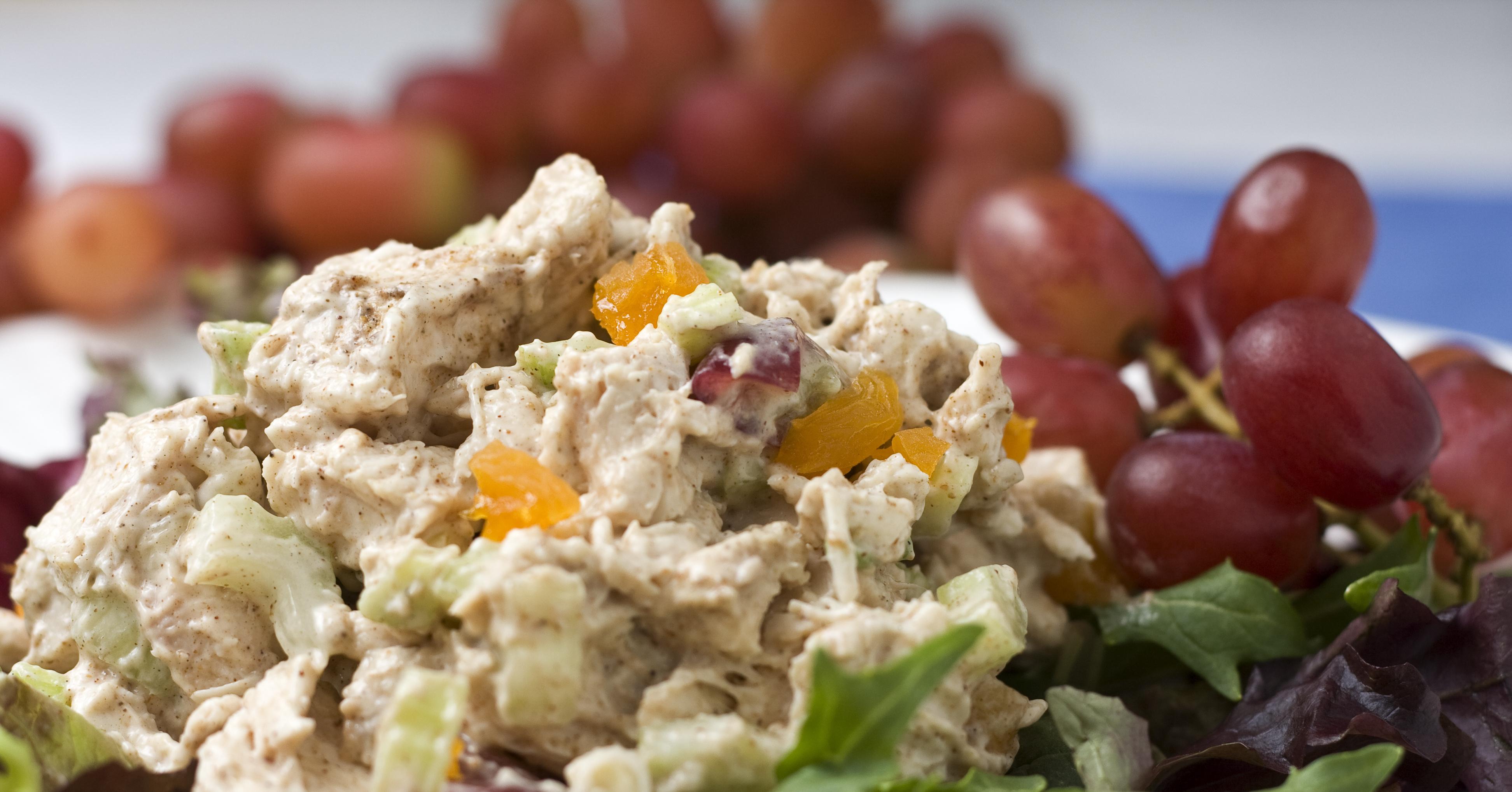 Салат с виноградом курицей сухариками и