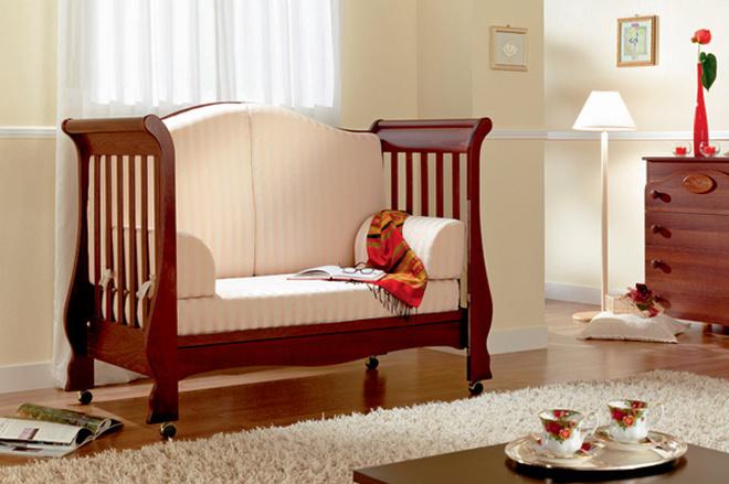 Детская кровать-трансформер от компании Pali. Сначала он представляет собой люльку с регулирующимися бортиками, но к двум годам легким движением руки превращается в софу