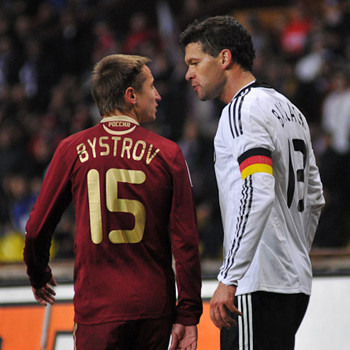 Капитан немецкой сборной Микаэль Баллак слывет задирой, однако в матчах с Россией он не позволял себе лишнего.