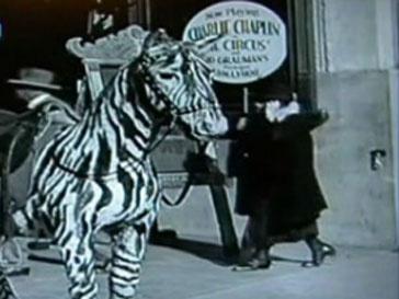 Кадр из кинохроники с премьеры фильма Чарли Чаплина «Цирк»