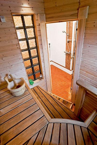 Сауна. Неотъемлемая часть каждого финского дома– сауна, полностью отделанная деревом.