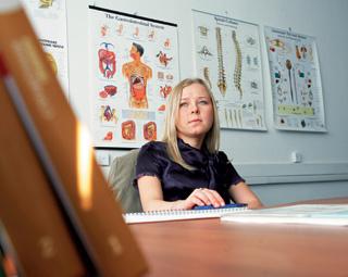 Наташа Демкина в своем кабинете, за столом, уставленным любимыми игрушками.