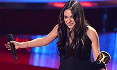 Мила Кунис надела платье для беременных на премию MTV