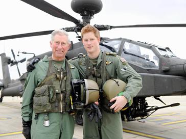 """принц Гарри и принц Чарльз у вертолета """"Апач"""""""