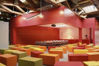 Стены в переговорной складываются из пластмассовых блоков.