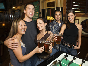 Молодые люди выпивают в баре