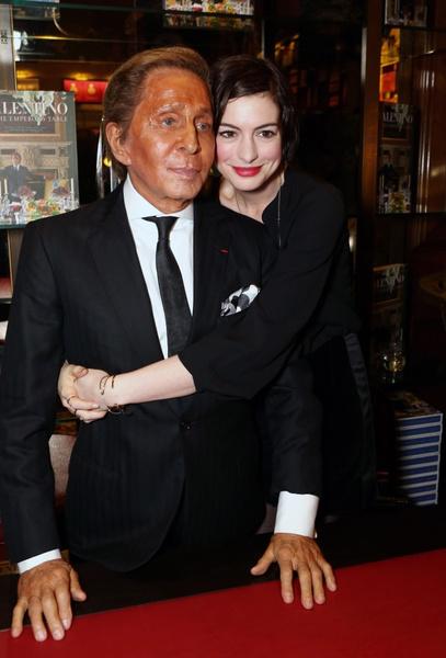 Валентино Гаравани и Энн Хэтэуэй