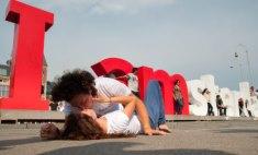 74 новых поцелуя: пара оренбуржцев фотографирует свою любовь по всему миру