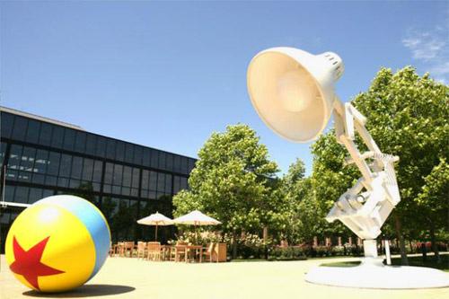 Символ Pixar – настольная лампа Люксо мл. (Luxo Jr.) – впервые появился как персонаж короткометражного мультфильма в 1986-м году. В заставке к каждому мультфильму Люксо прыгает на резиновый мяч, сдувает его и обращает луч света на зрителя.