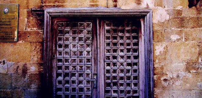 Допоздна гуляйте по Старому городу, заглядывайте в окна и в подворотни, где ничего не меняется столетиями.