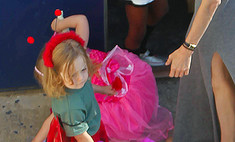 Анджелина Джоли нарядила сына в юбку