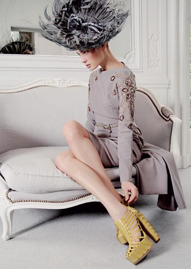 Платье из шерстяного крепа, шляпа из соломы, кожаные туфли, все — Dior by John Galliano.
