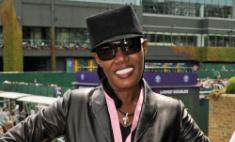 67-летняя Грейс Джонс оголила грудь на концерте