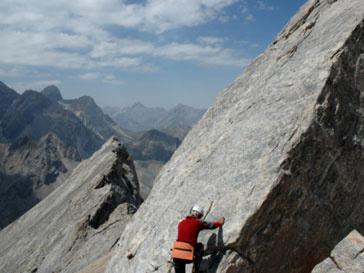 Спасатели, отправившиеся на поиски неудачливого альпиниста, нашли его живым и невредимым
