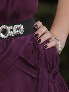 Цвет лака для ногтей может тон в тон совпадать с цветом вашего праздничного платья.