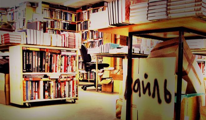 Среди стеллажей с удивительным ассортиментом чувствуешь себя крайне уютно. Так и хочется усесться в укромный уголок, укрыться пледом и жадно выхватывать мысли из какой-нибудь старой книги по философии или искусству.