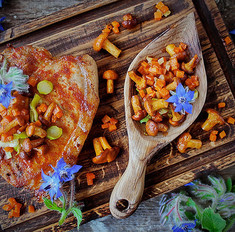 Жареная корейка с гарниром из тыквы и лисичек