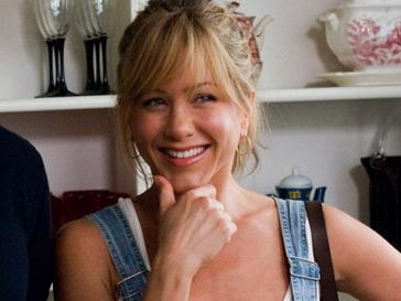 Дженнифер Энистон (Jennifer Aniston) смотрит рекламу
