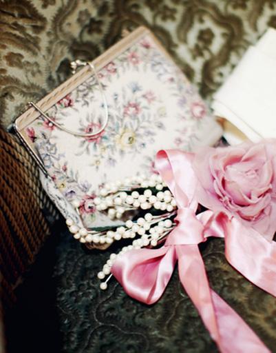 В маленькую полотняную сумочку поместится лишь предмет первой необходимости - перчатки