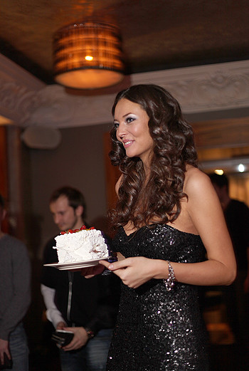 Rene угощает гостей тортом.