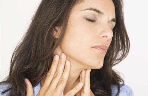 Боль в горле и осипший голос - симптомы ларингита.