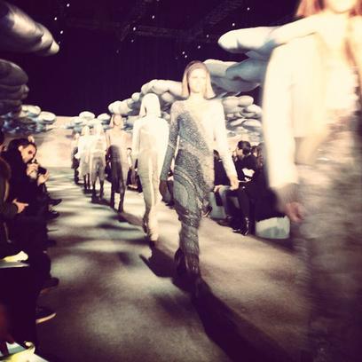 Финальный выход моделей на показе Marc Jacobs осень-зима 2014
